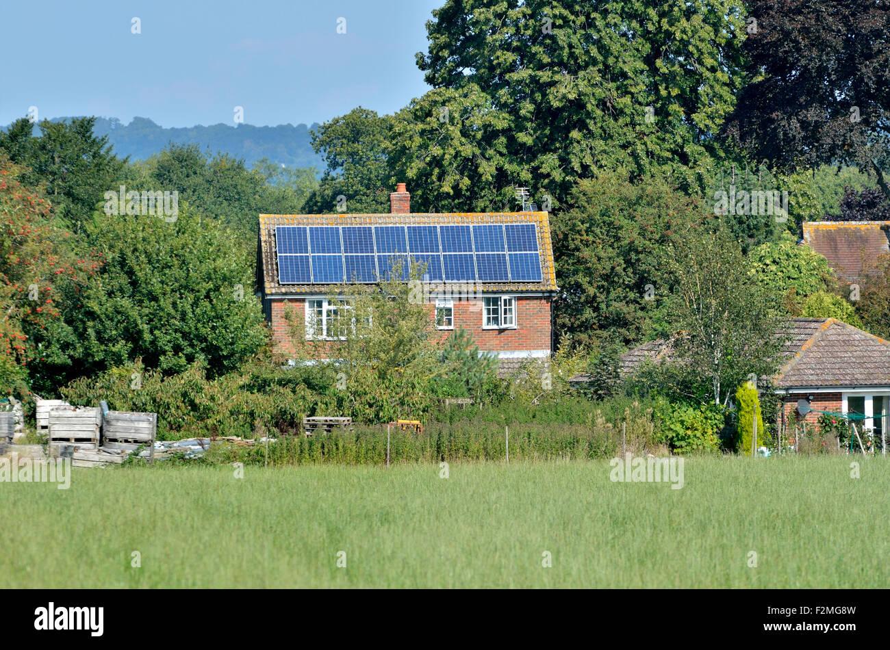 Boughton Monchelsea village, Maidstone, Kent, UK. Paneles solares en una casa rural Imagen De Stock