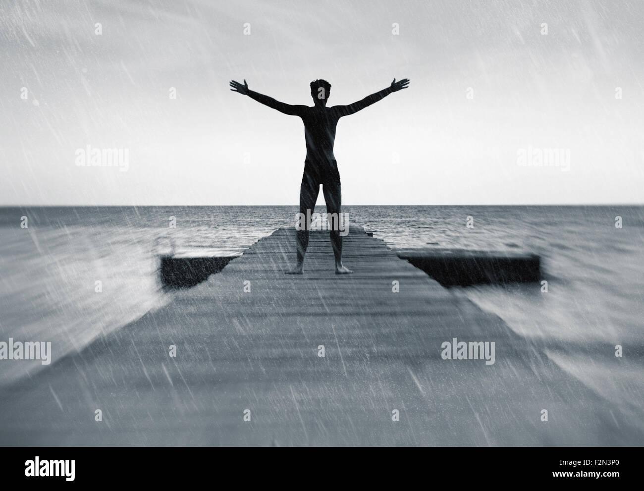 Libertad en el concepto de naturaleza - gratis hombre feliz en la lluvia Imagen De Stock