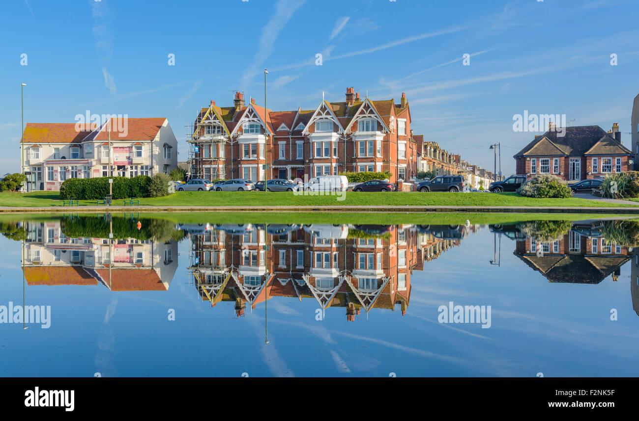 Edificios reflejándose en el agua en Oyster Pond en Littlehampton, West Sussex, Inglaterra. Imagen De Stock