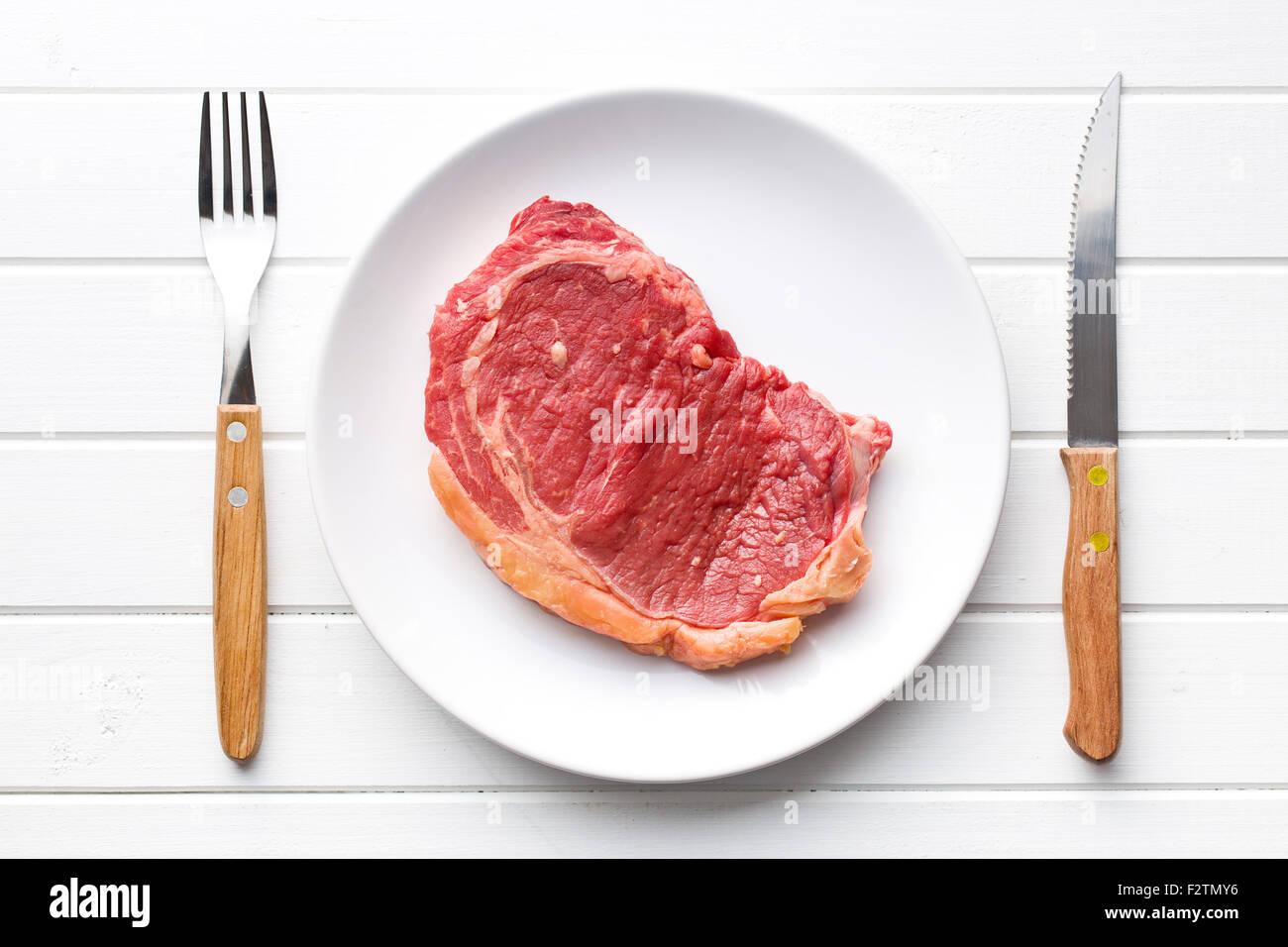 En el plato de carne de vacuno fresca cruda Imagen De Stock