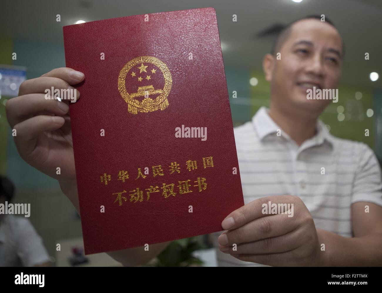 """(150924) -- SHENZHEN, el 24 de septiembre, 2015 (Xinhua) -- residente apellidado Zhu muestra su certificado inmobiliario en una administración responsable para el registro de la propiedad unificada en Shenzhen, en el sur de la Provincia china de Guangdong, el 22 de septiembre, 2015. China Southern boomtown Shenzhen comenzaron el martes su propiedad unificada de registro como parte de una inserción nacional para regular el mercado inmobiliario. El Consejo de Estado, el Gabinete de China, publicó el reglamento de registro de la propiedad en diciembre de 2014, los analistas dicen que arrojará luz sobre los funcionarios corruptos"""" activos ilícitos, proteger la propiedad y haga factible Foto de stock"""