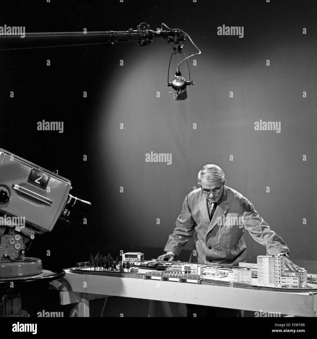 Friedrich Karl Ries en cerquero Bastelsendung spricht über das Thema Modelleisenbahn, Deutschland 1960er Jahre. Friedrich Karl Ries en su show de TV sobre modelos de trenes, Alemania 1960. Foto de stock