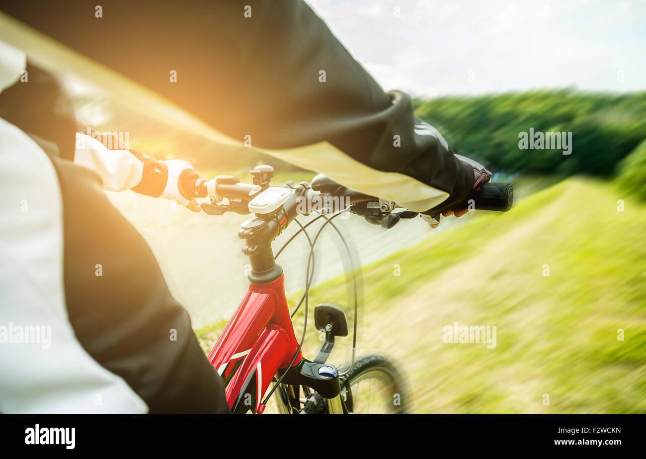 Bicicleta de montaña cuesta abajo descendiendo rápidamente. Vista desde los ojos de moteros. Imagen De Stock