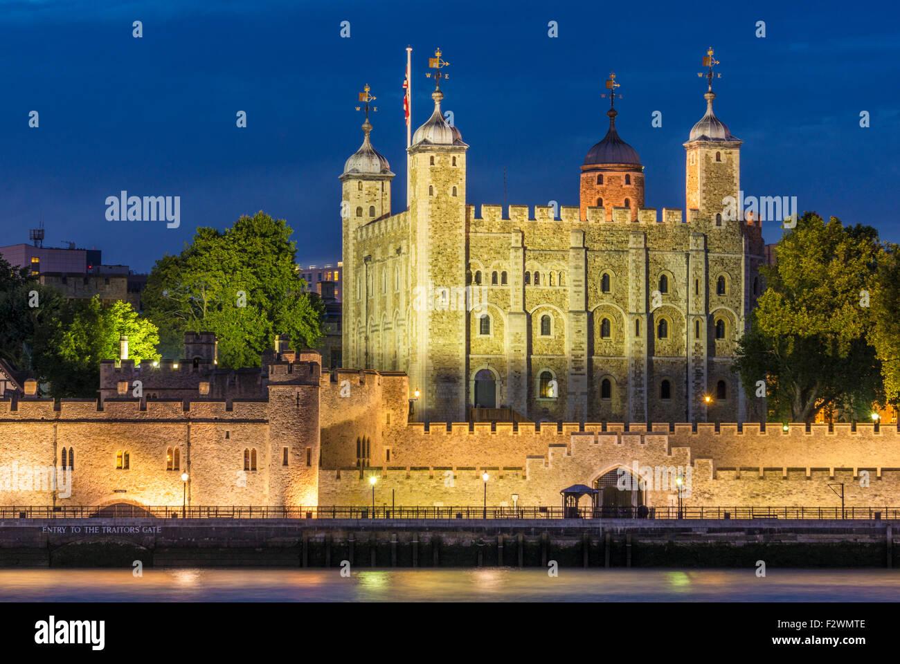 La torre blanca y el castillo de la Torre de Londres vista nocturna de la ciudad de Londres, Inglaterra GB UK EU Imagen De Stock