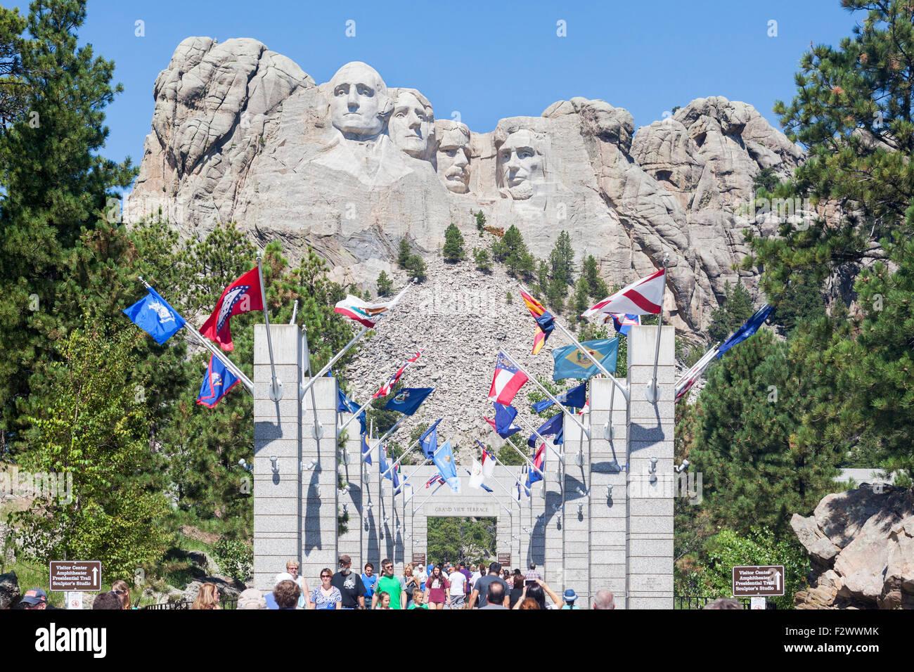 A la vista de los visitantes, turistas, familias viendo el Mount Rushmore National Memorial, Dakota del Sur. Imagen De Stock