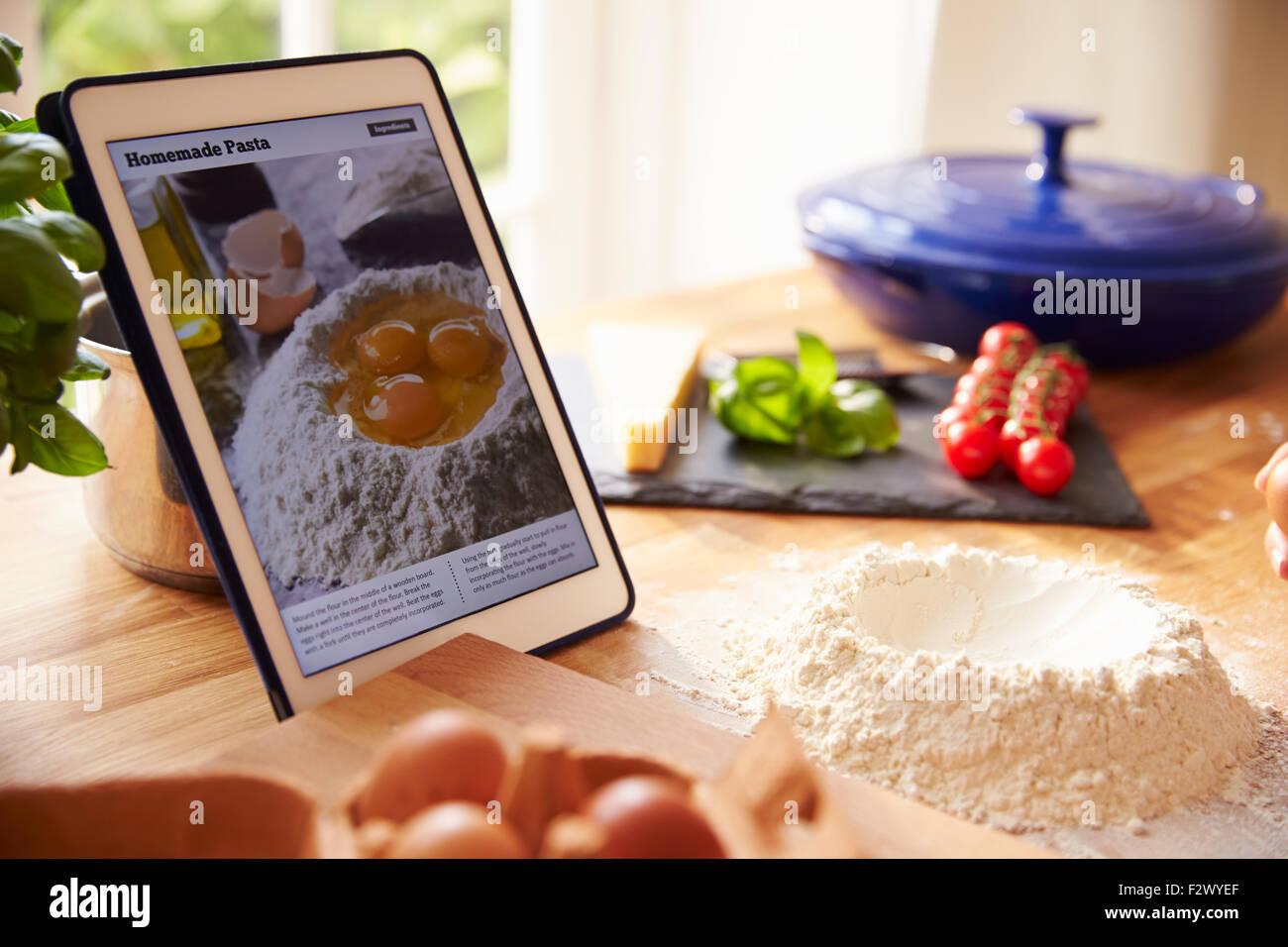 Siguiente receta de pasta utilizando App en tableta digital Imagen De Stock