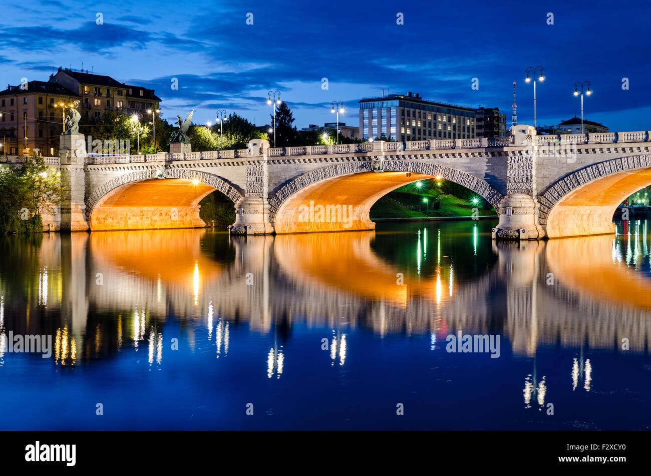 Turín (Torino), Puente Umberto I y el río Po a la hora azul Foto de stock