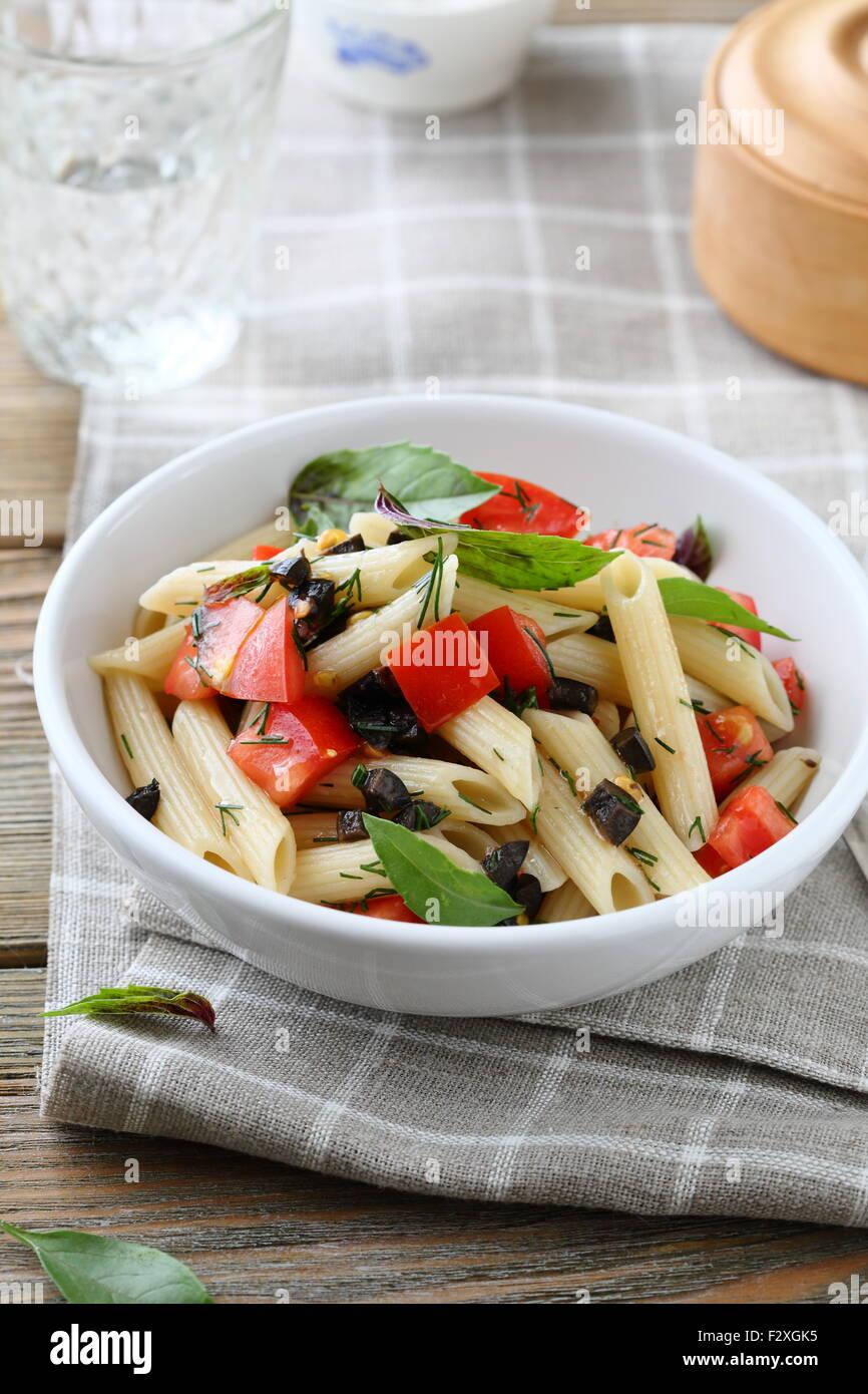 Pasta con salsa de verduras en un tazón Foto de stock