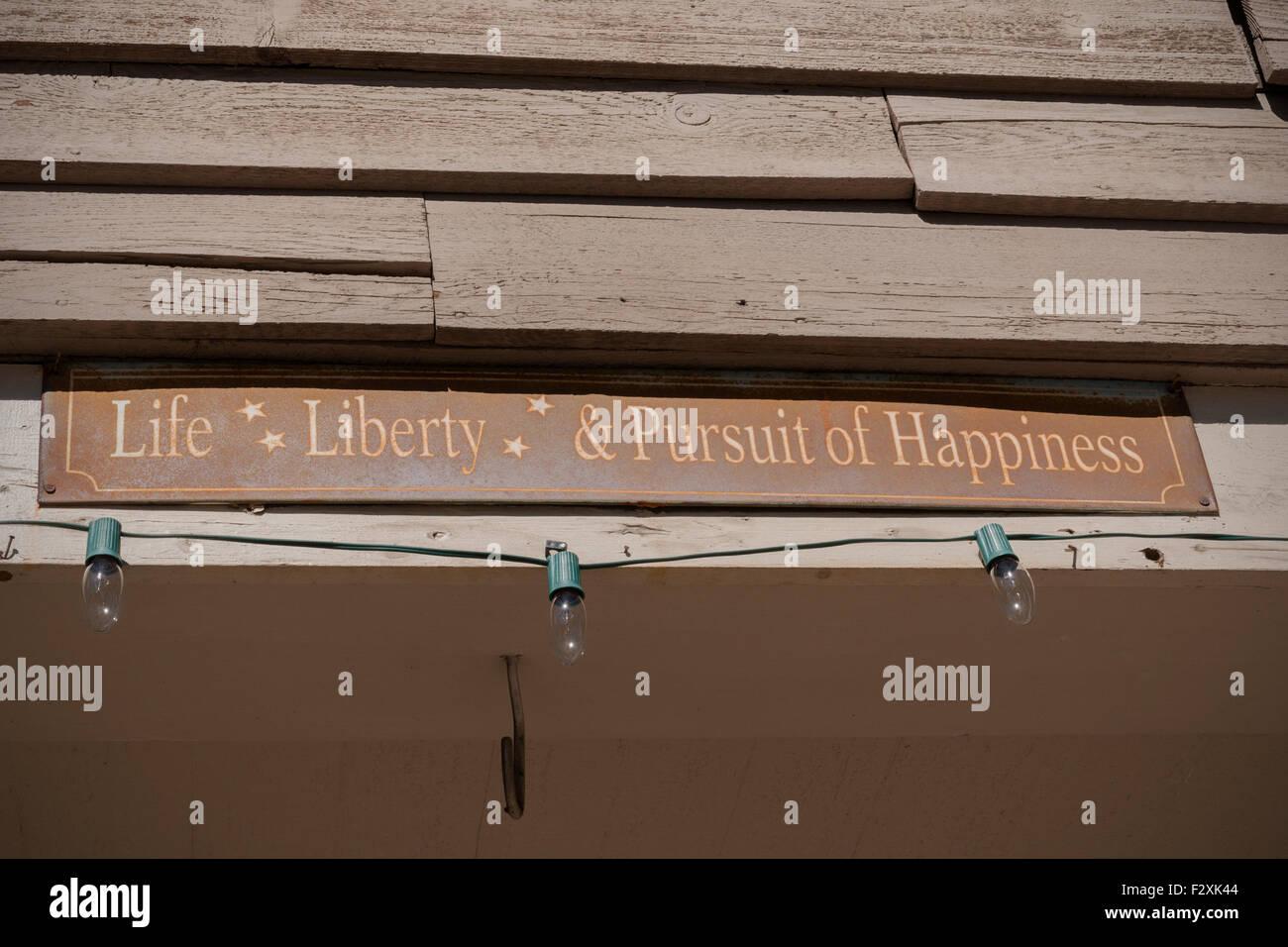 Viejo cartel oxidado leyendo vida libertad y búsqueda de la felicidad que se encuentran en los Estados Unidos Imagen De Stock