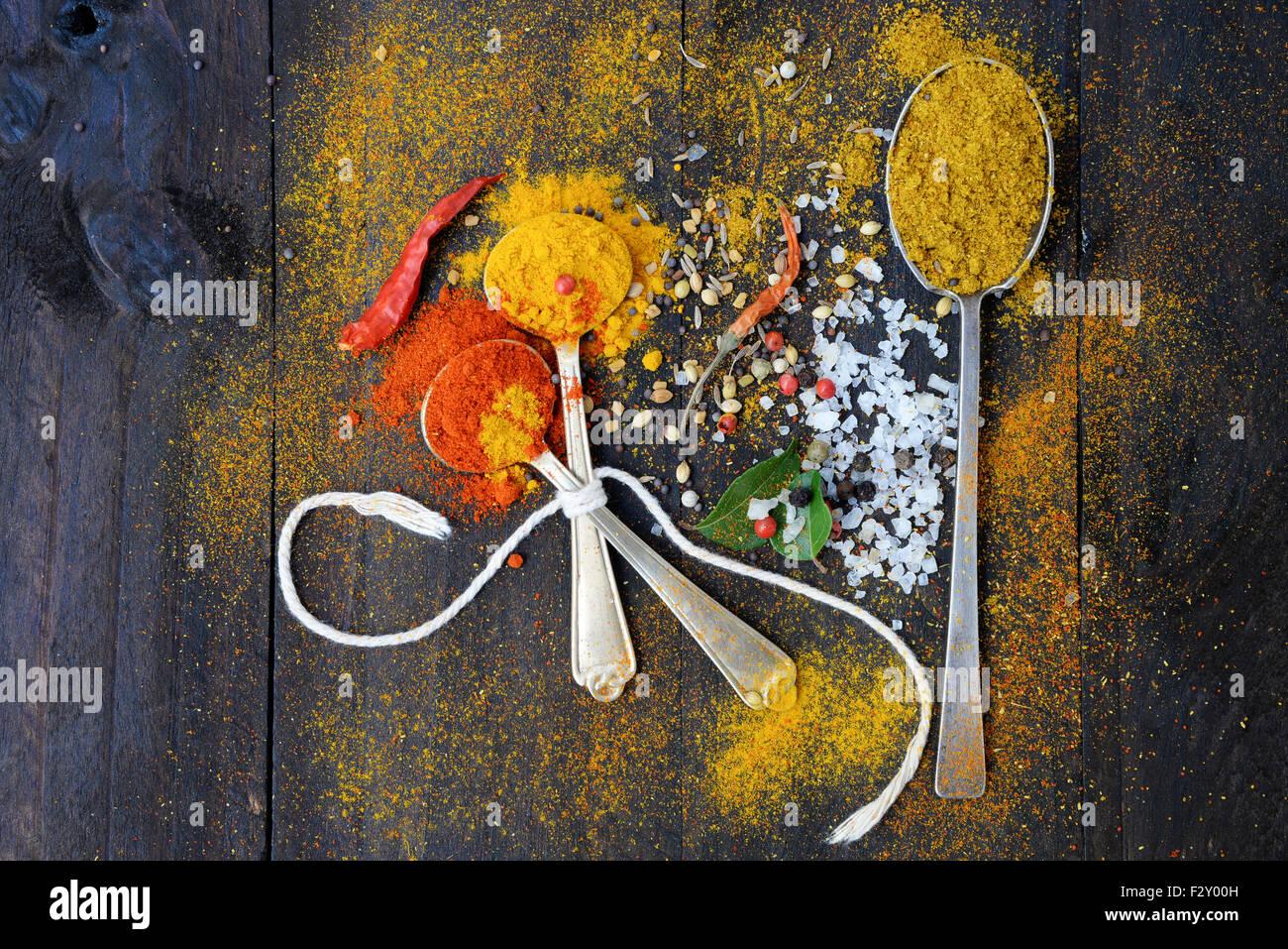Comer sano fondo con hierbas y especias selección en mesa de madera oscura. Concepto de cocina o alimentos, Imagen De Stock