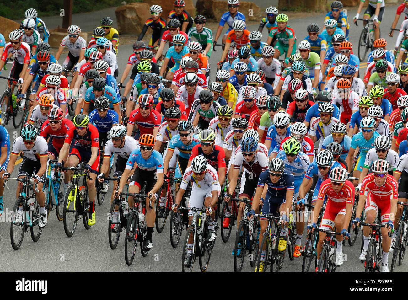 RICHMOND, Virginia, el 25 de septiembre del 2015. El pelotón carreras en Richmond, Virginia's Dock Street durante los Campeonatos del Mundo de carretera UCI hombres menores de 23 Road Race. Crédito: Ironstring/Alamy Live News Foto de stock