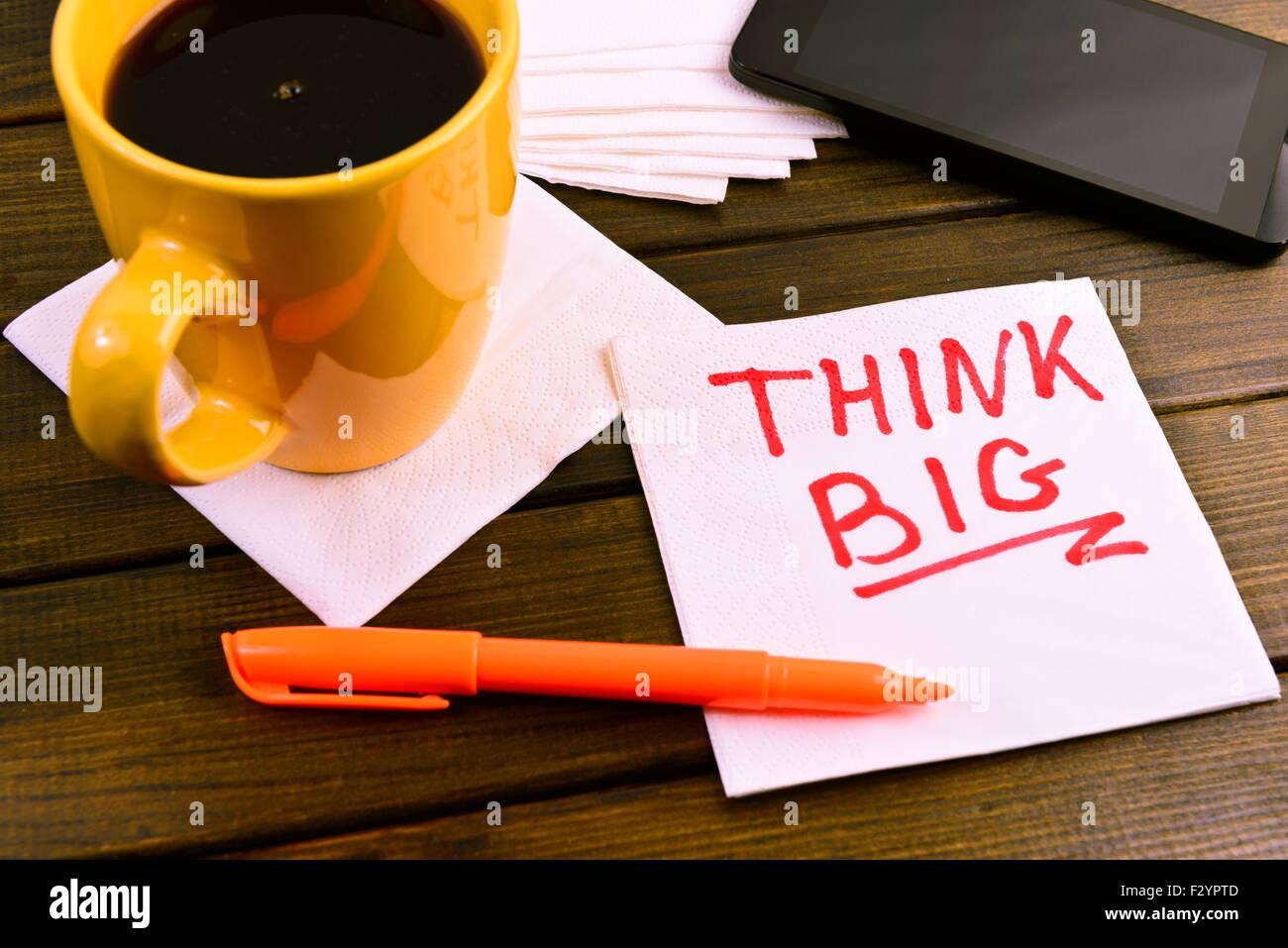 """Servilleta sketch """"Pensar en grande"""" en una servilleta de café Imagen De Stock"""