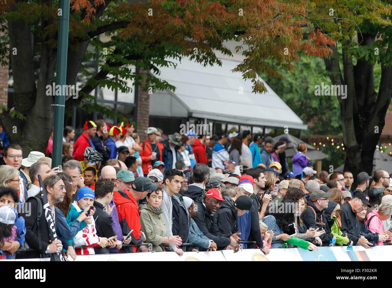 RICHMOND, Virginia, 26 de septiembre de 2015. Los fans se reúnen en Richmond, Virginia's East Broad Street durante los Campeonatos del Mundo de carretera UCI 2015 Crédito: Ironstring/Alamy Live News Foto de stock