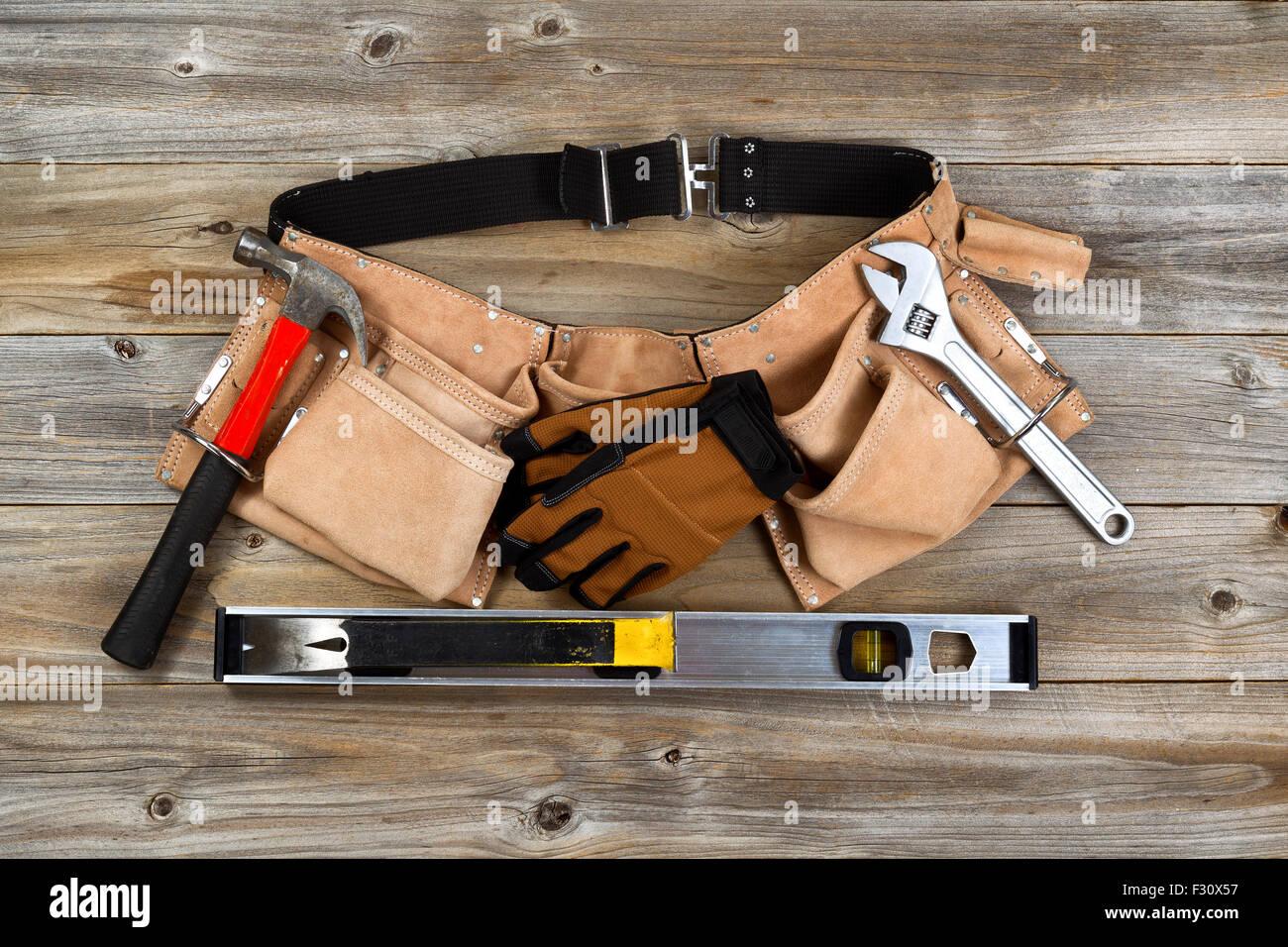 Cuero tradicional cinturón de herramientas con herramientas en suelo  rústico de madera. Imagen De Stock f066a6242987