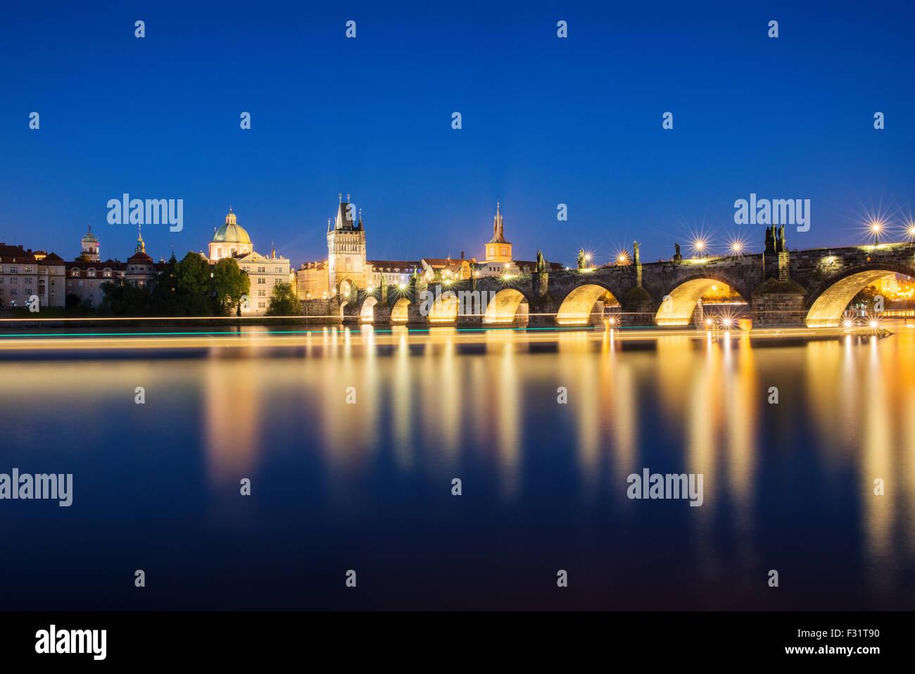 Vista nocturna de la colorida ciudad vieja y el Puente de Carlos con el río Vltava, Praga, República Checa Imagen De Stock