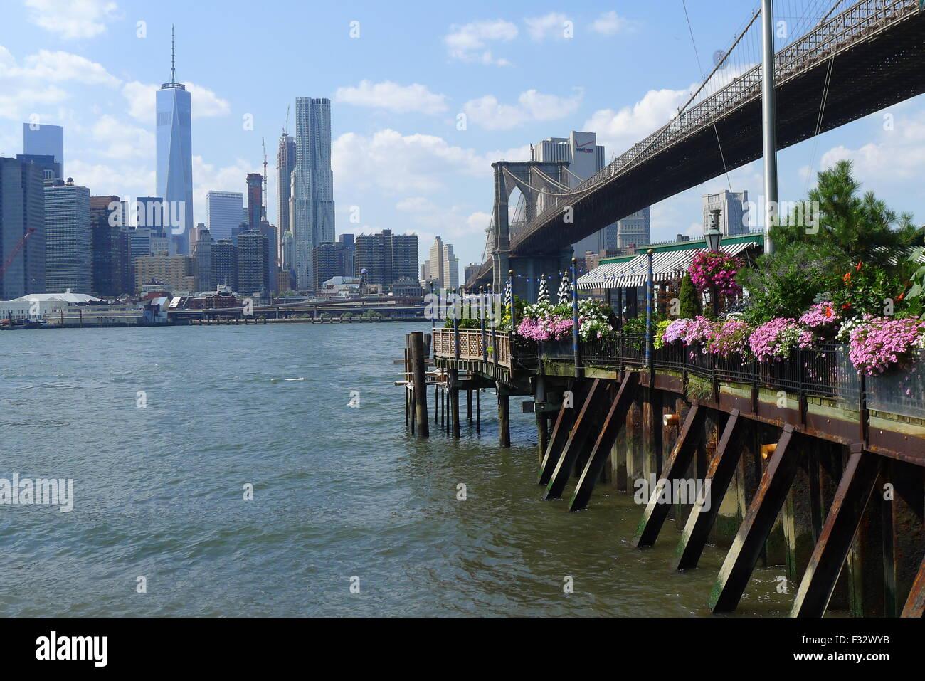 Pier florido en el East River en Brooklyn Imagen De Stock