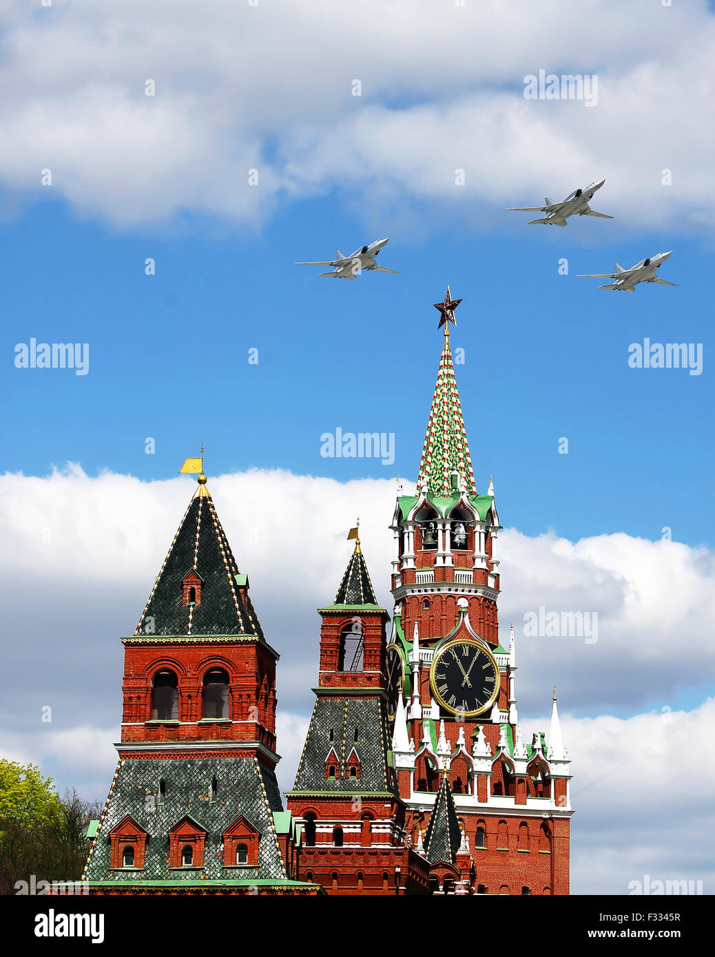 Tres aviones sobrevolando las torres del Kremlin de Moscú Foto de stock