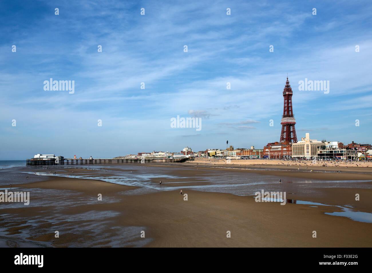 El Old North Pier y la Torre de Blackpool, en el balneario de Blackpool, en la costa del noroeste de Inglaterra. Imagen De Stock