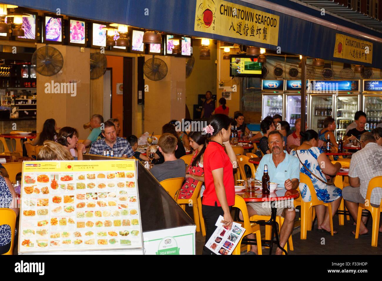 Personas cenando en un restaurante de marisco en Chinatown en Singapur. Imagen De Stock