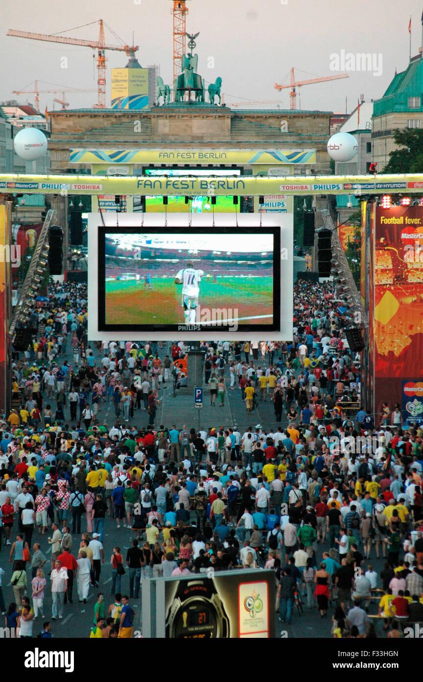 Die zur 'Fanmeile' umgestaltete Strasse des 17. Juni, zwischen Brandenburger Tor und Siegessaeule am 12. Juni 2006, Berlin-Tierg Foto de stock