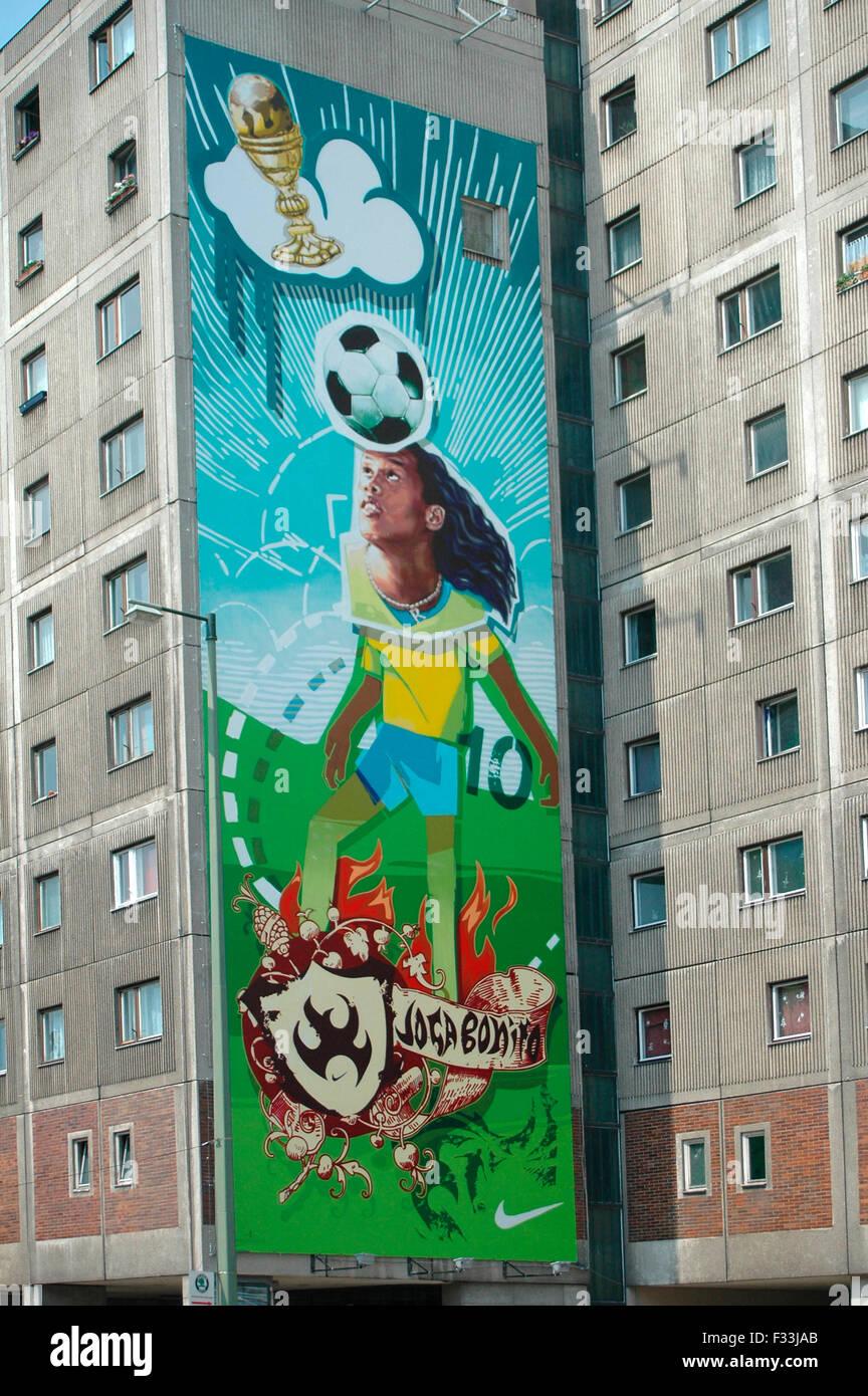 Ronaldinho als Wandgemaelde Fussball-Gott - un einem Plattenbau en Berlin-Mitte - Fussballweltmeisterschaft in Deutschland 2006, Foto de stock