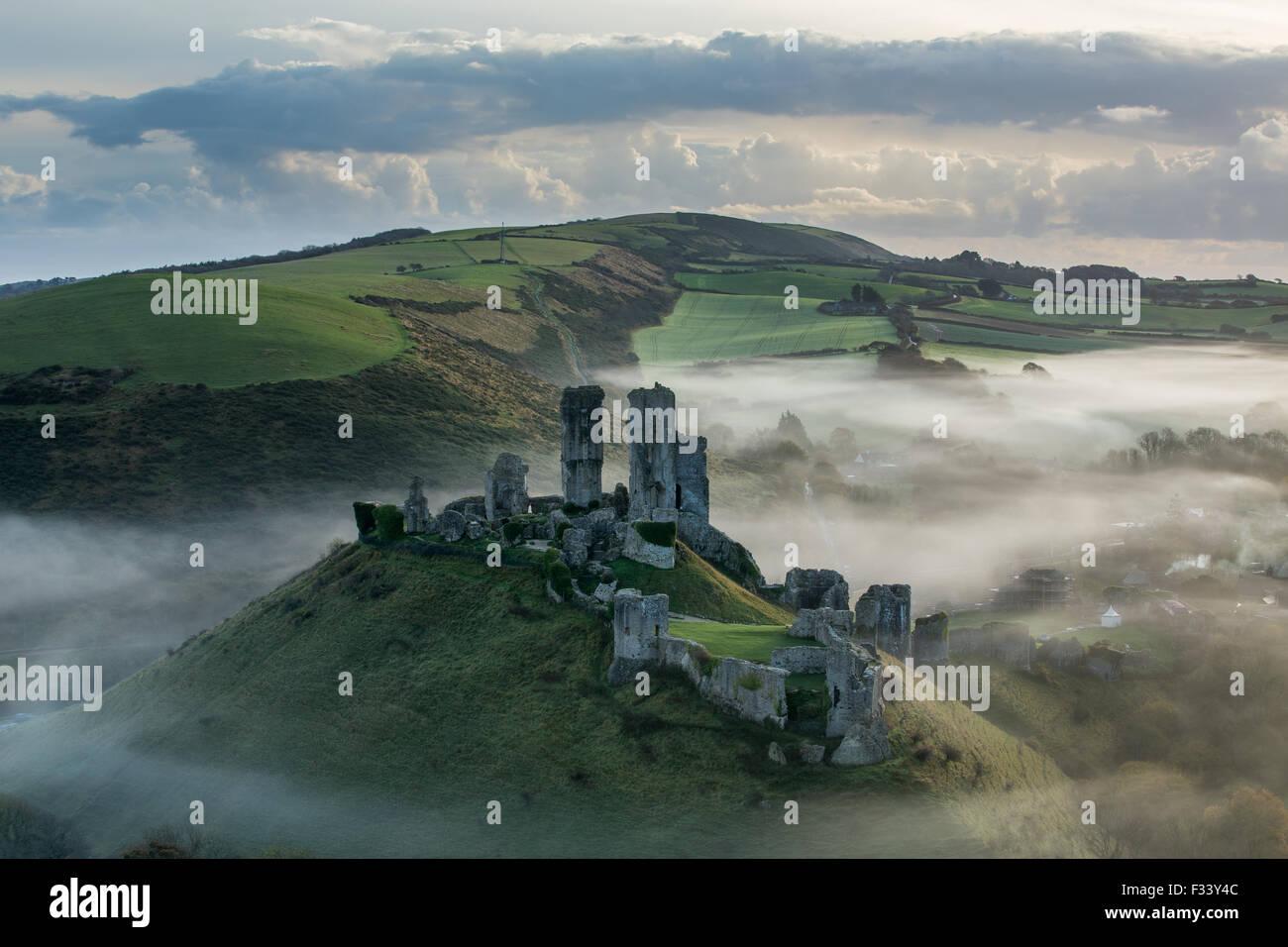 El castillo Corfe en la niebla, Corfe, en Dorset Imagen De Stock