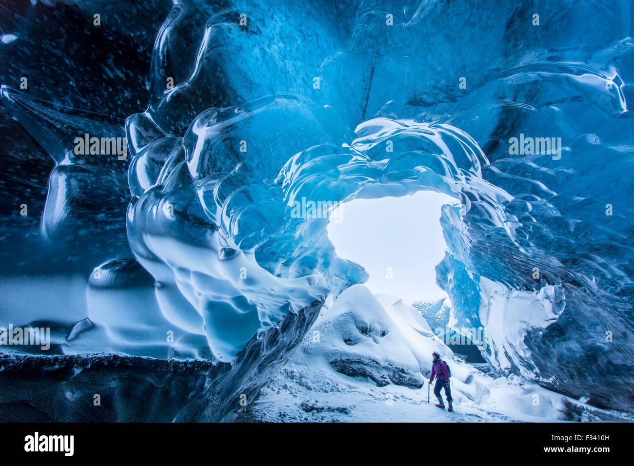 La Sra. Wendy Noton hollar confiadamente en una cueva de hielo debajo del Glaciar Breidamerkurjokull, este de Islandia Foto de stock