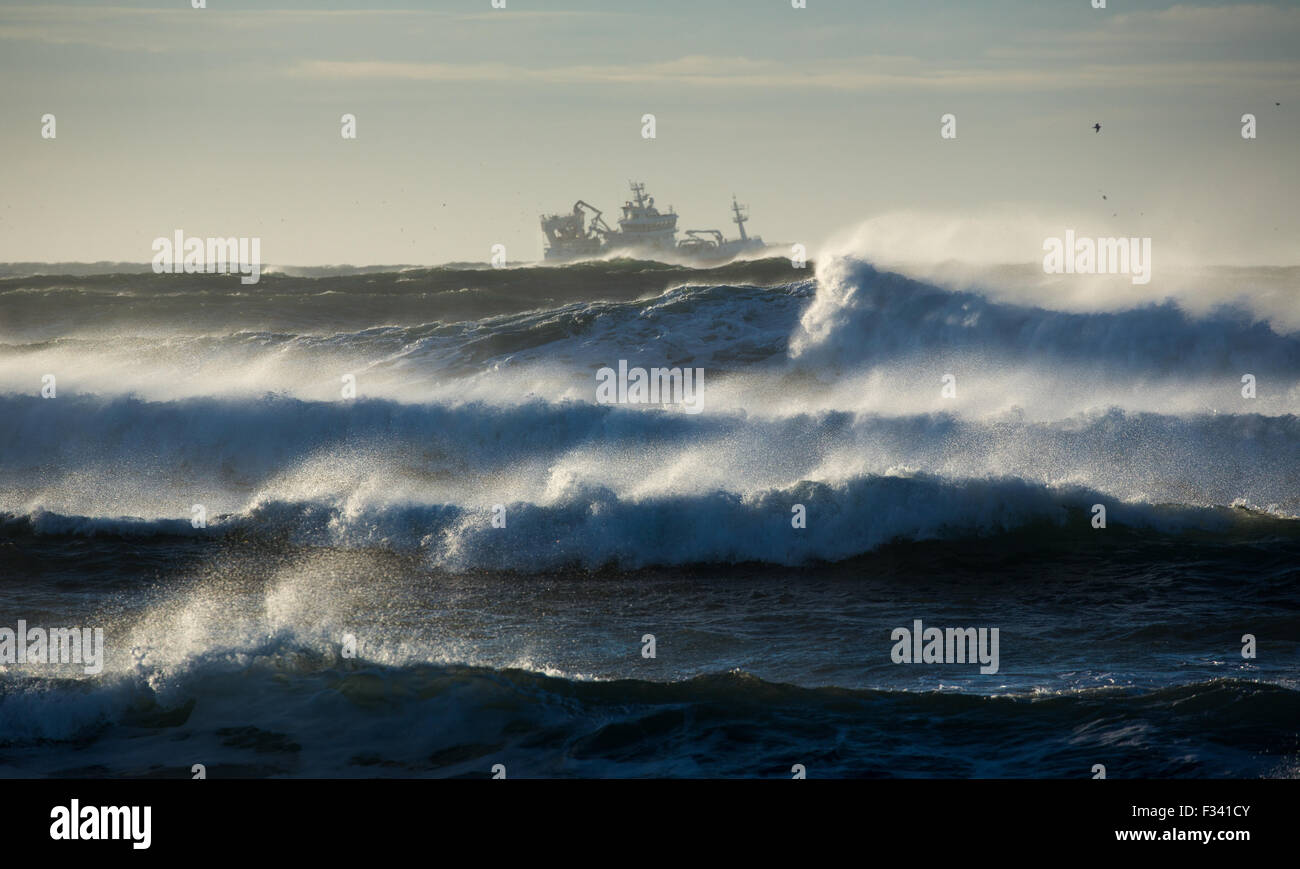 Olas rompiendo alrededor de un arrastrero frente a la península de Reykjanes, Islandia Foto de stock