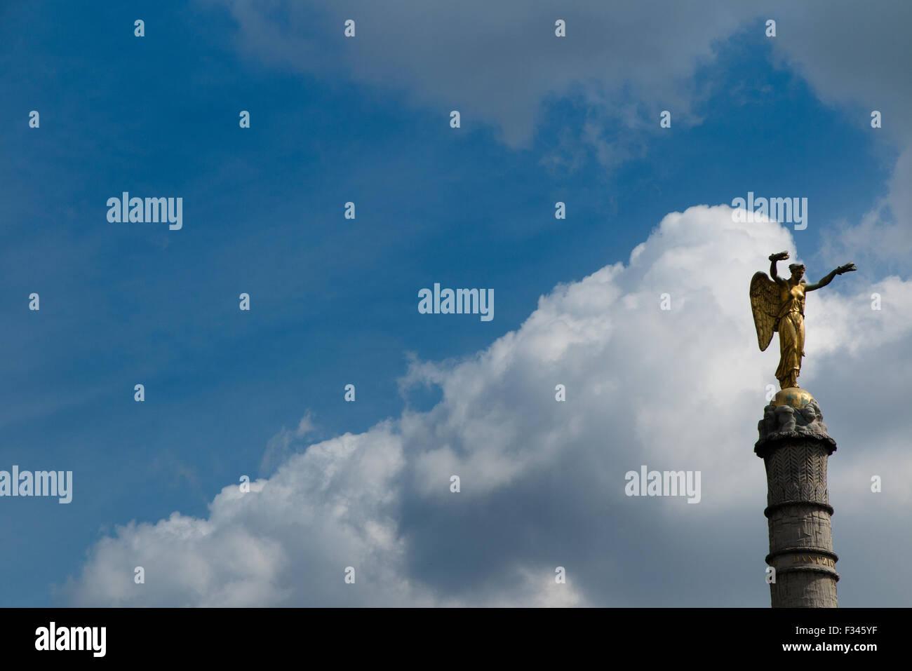 Estatua en la columna, la Place de la Bastille, París, Francia Imagen De Stock