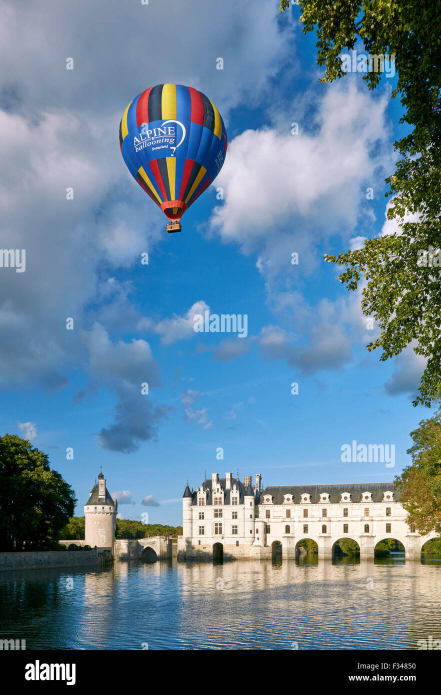 Globo de aire caliente por encima de Château de Chenonceau y el río Cher. Chenonceaux, Indre-et-Loire, Imagen De Stock