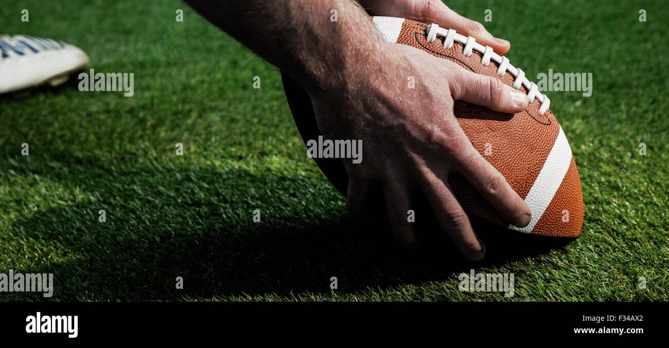 Vista de cerca del jugador de fútbol americano para preparar una drop kick Imagen De Stock