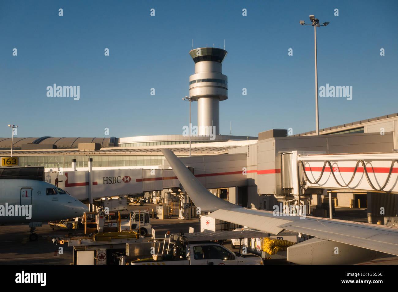 Torre de control de tráfico del aeropuerto Foto de stock