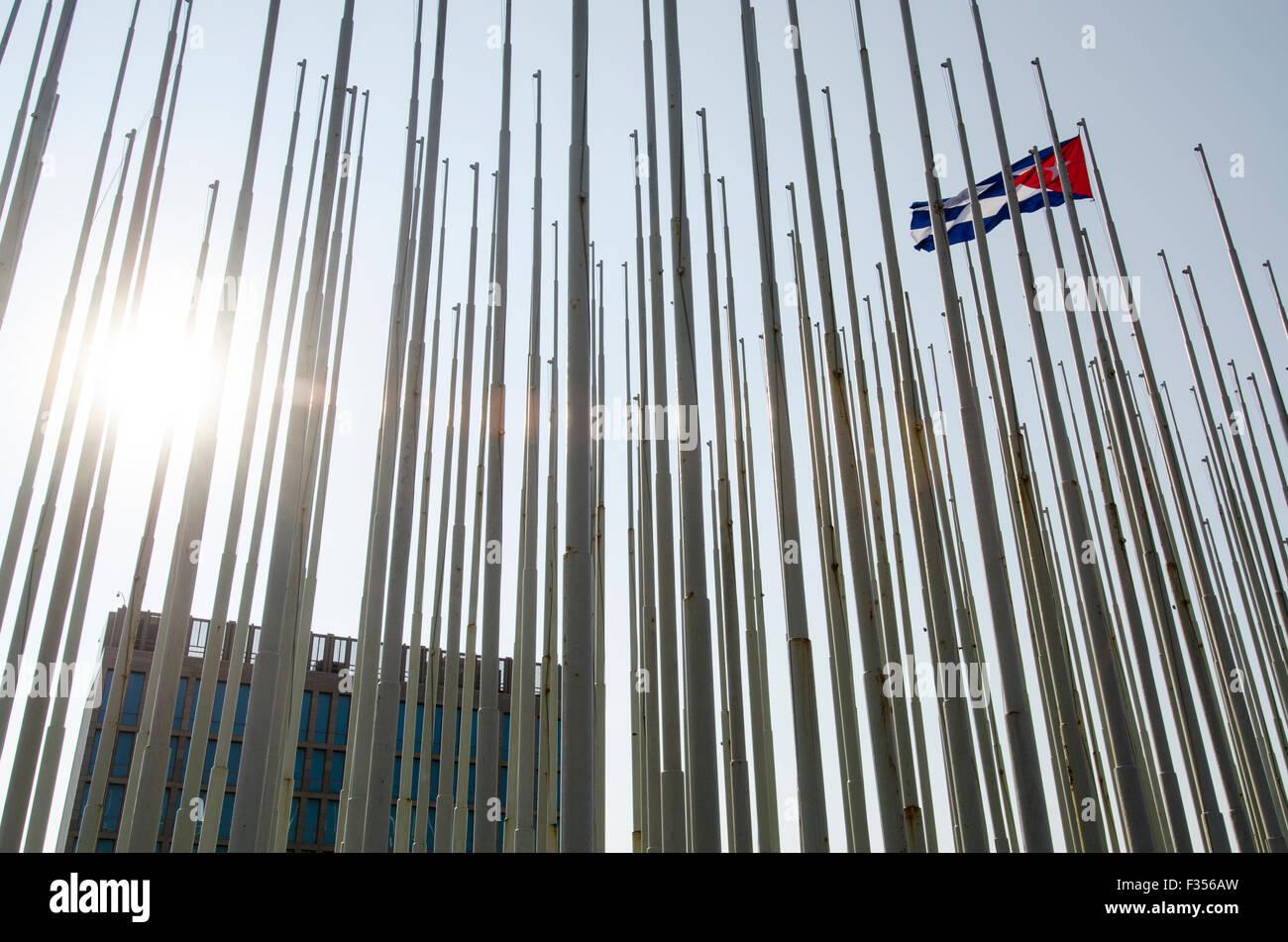 El antiguo edificio de la embajada de Estados Unidos en La Habana?s Malecón costanera, Cuba. Imagen De Stock