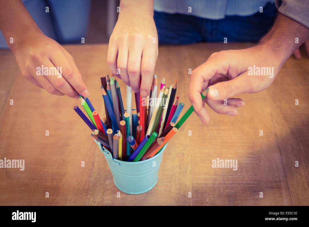 Gente de negocios elegir lápices de organizador de escritorio Imagen De Stock
