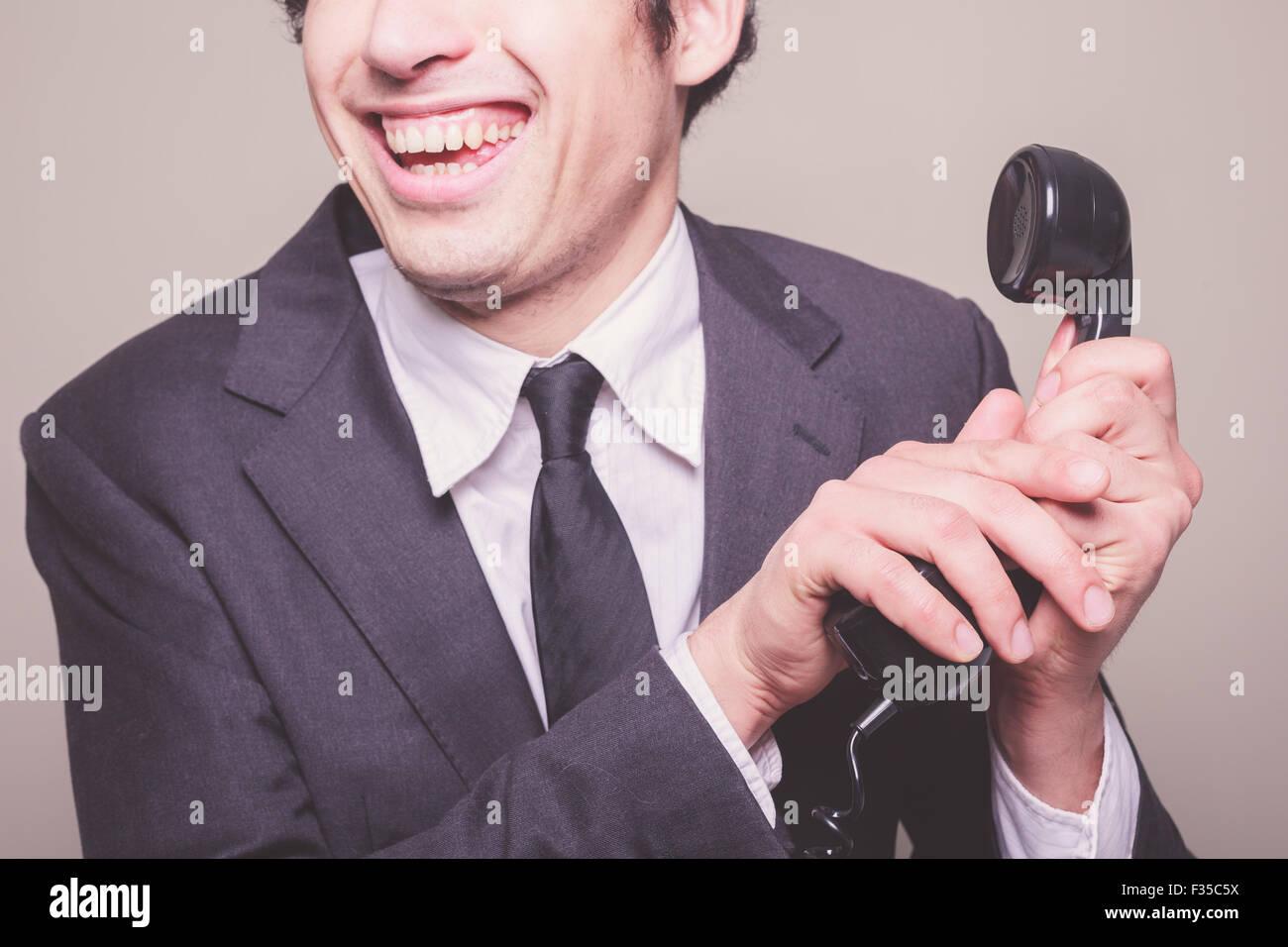 Feliz joven empresario es el teléfono Imagen De Stock