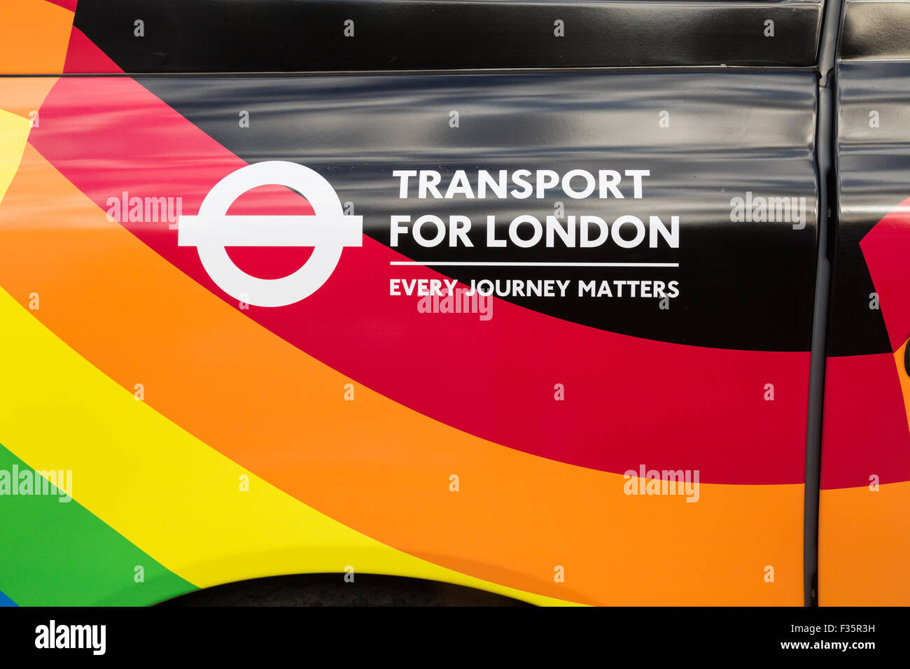 Un taxi negro de Londres, decorado con el paseo con orgullo la envoltura. Imagen De Stock