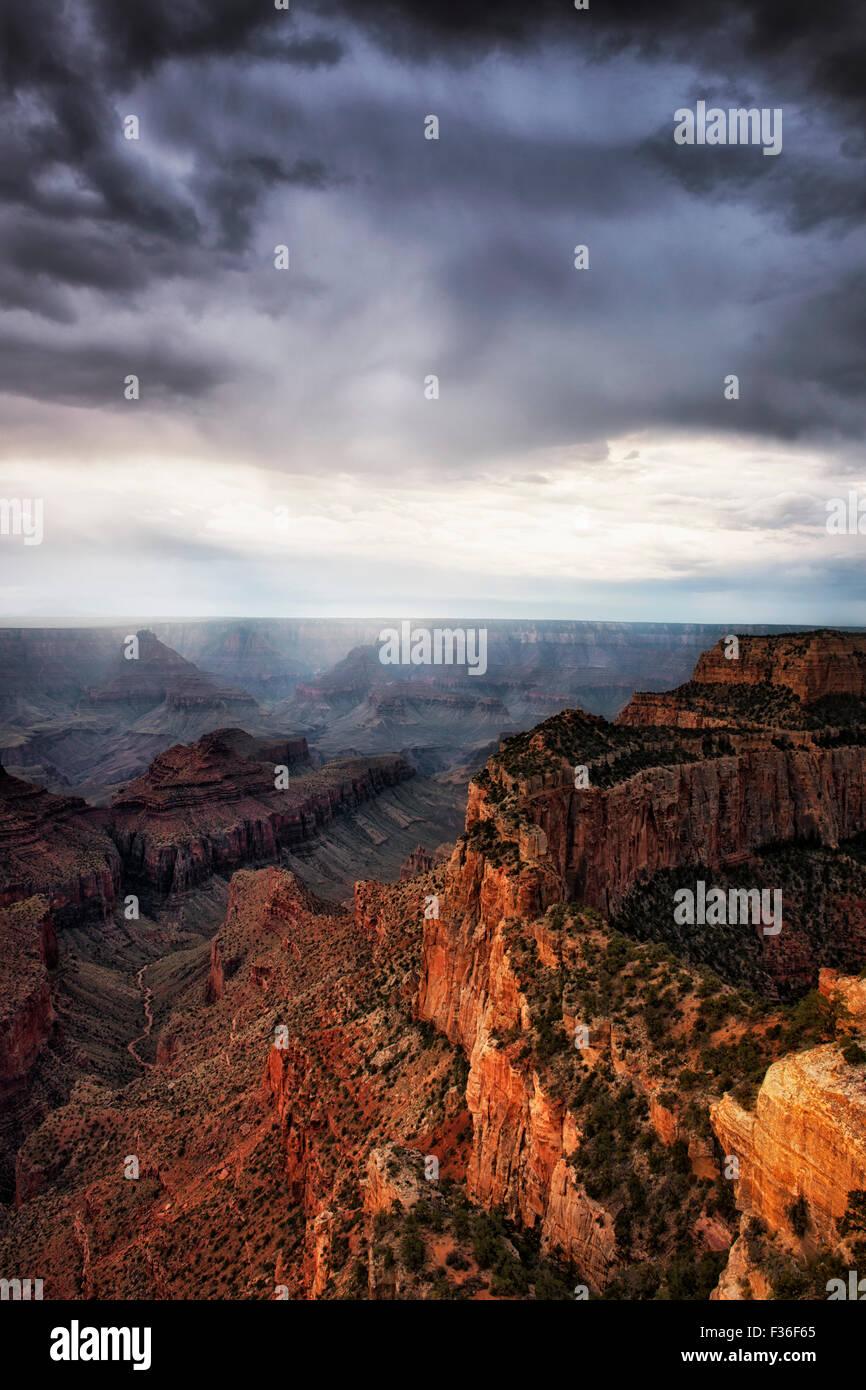 Un breve descanso en sun Wotans trono como nubes de tormenta de verano se desarrollarán a lo largo de la orilla norte de Arizona Grand Canyon National Park. Foto de stock
