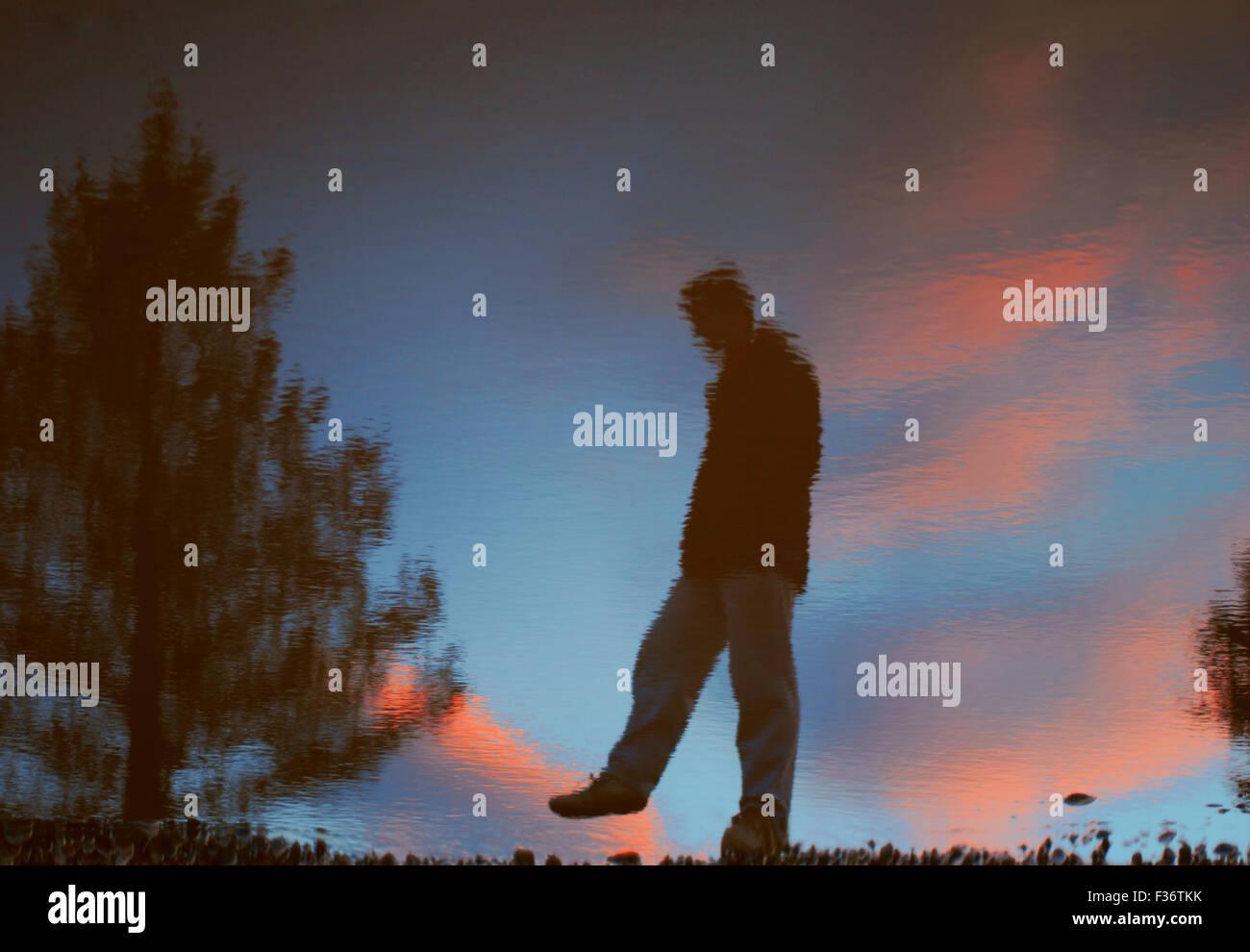 Reflejo en el agua del cielo azul y naranja Imagen De Stock