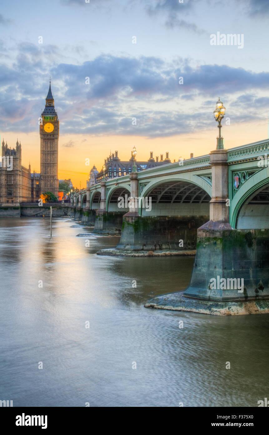 Las Casas del Parlamento y el Big Ben reflejandose en el río Támesis Foto de stock
