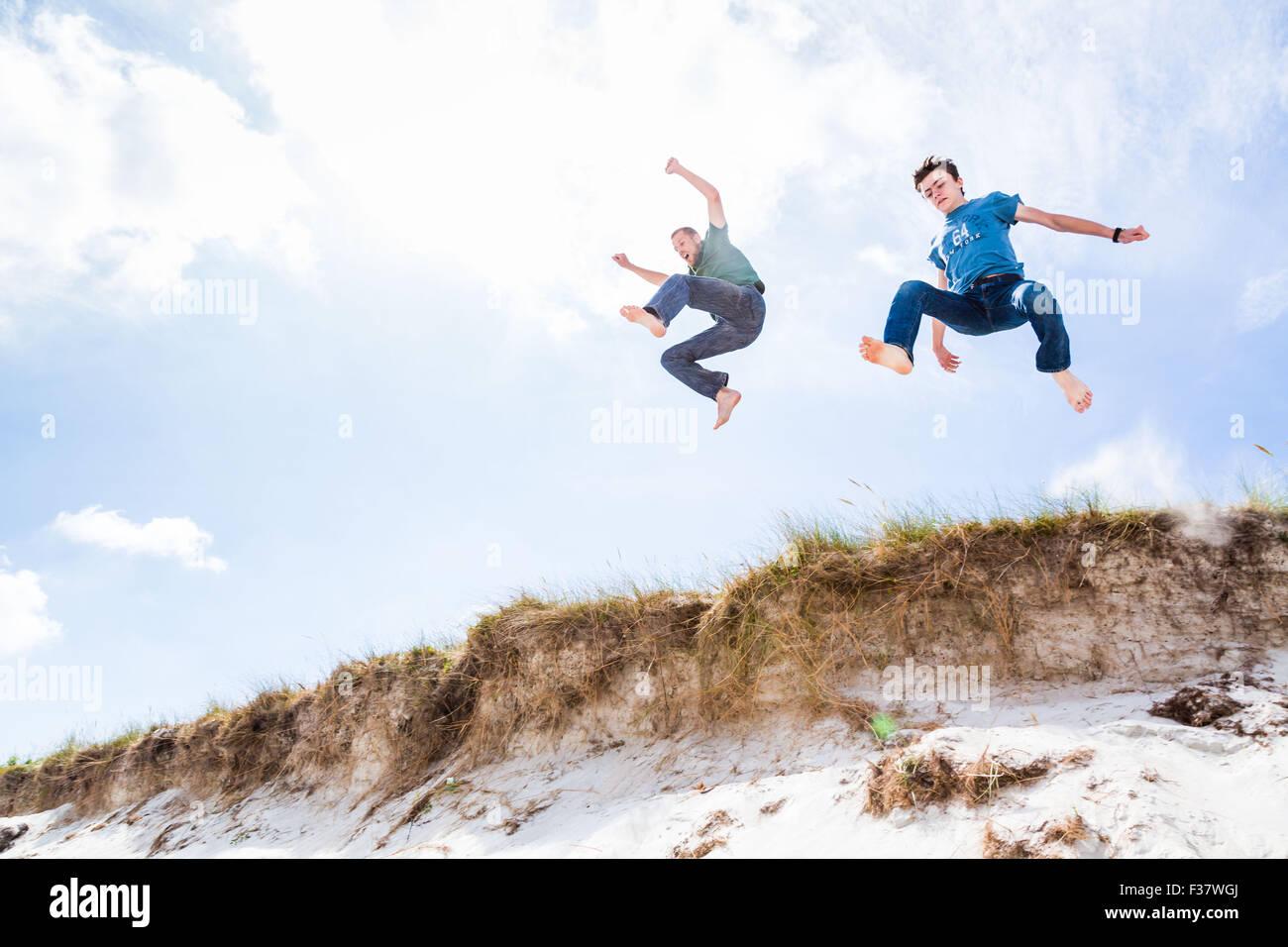 Salto en las dunas. Foto de stock
