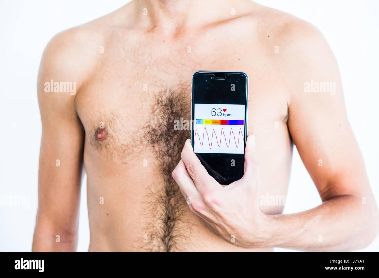Hombre de salud mediante la aplicación en su Iphone. Imagen De Stock