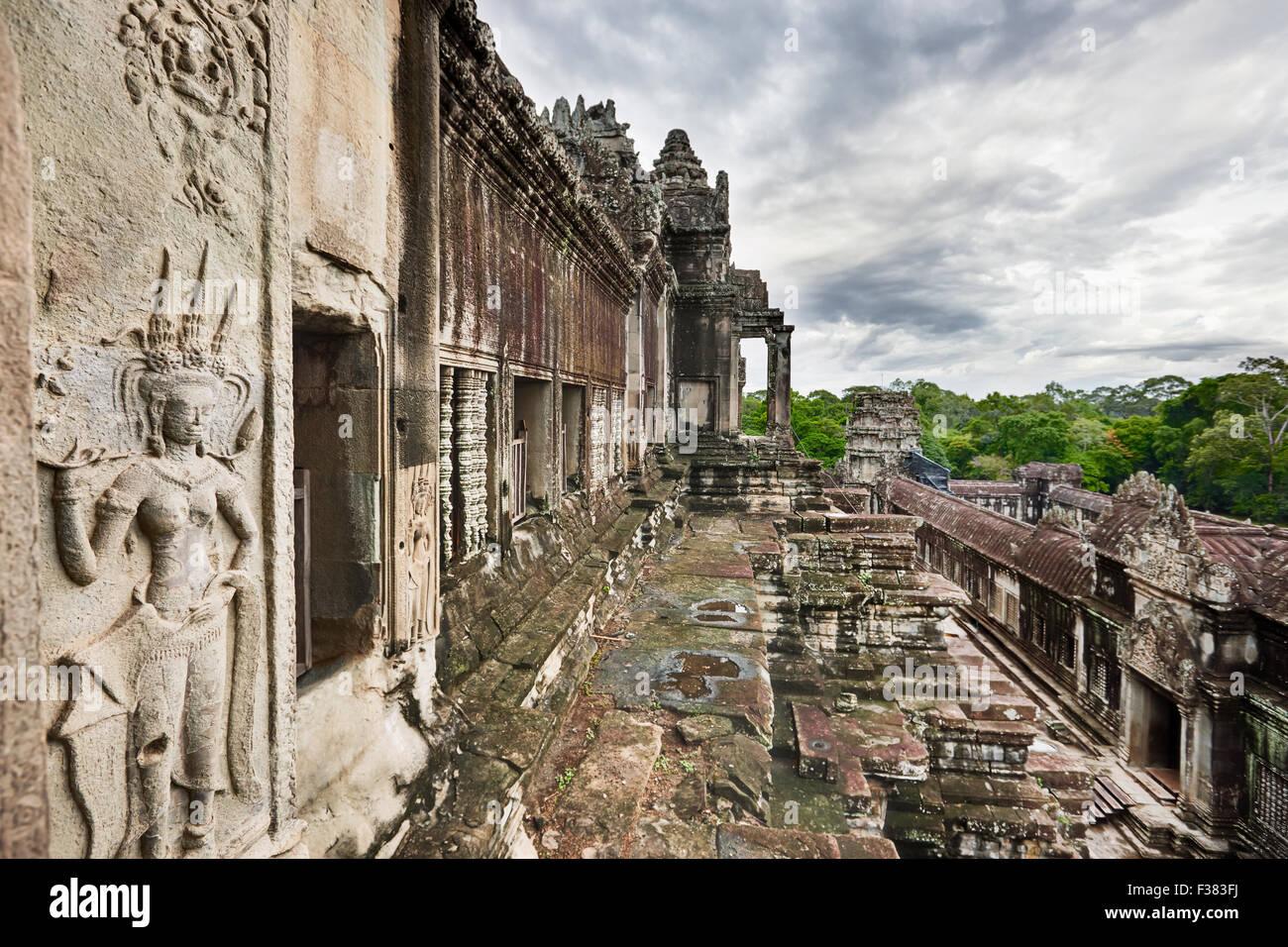 Vista desde el nivel superior del templo de Angkor Wat. Parque arqueológico de Angkor, de la provincia de Siem Imagen De Stock