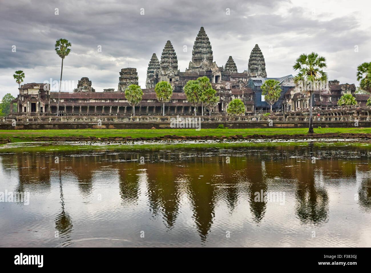 Vista icónica del templo de Angkor Wat reflejada en un lago cercano en un día nublado. Parque Arqueológico de Angkor, Provincia de Siem Reap, Camboya. Foto de stock