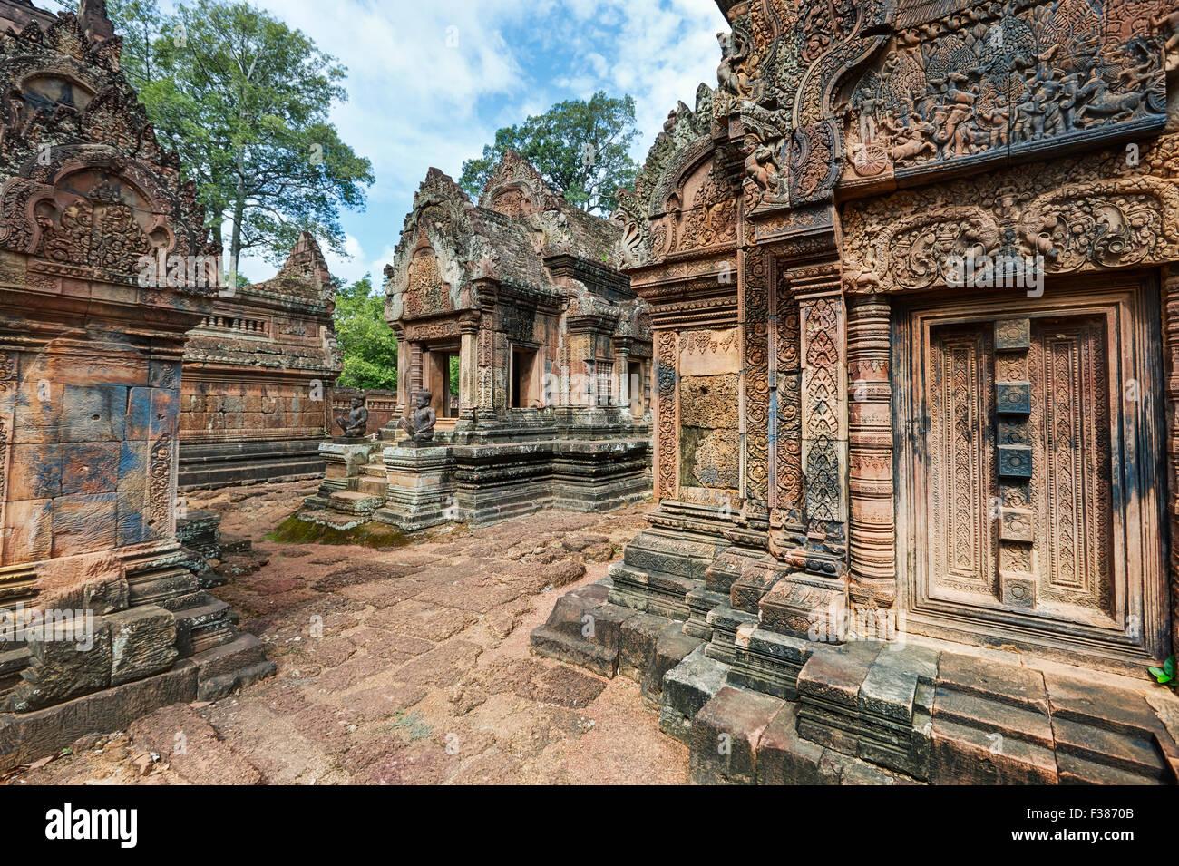 Edificios de piedra del antiguo templo de Banteay Srei cubiertos de intrincadas tallas. Parque Arqueológico de Angkor, Provincia de Siem Reap, Camboya. Foto de stock