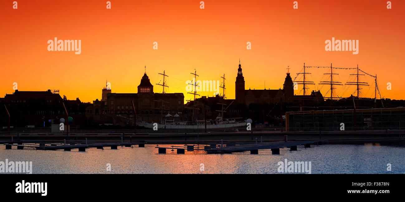 Silueta de Szczecin (Stettin) Ciudad waterfront después del atardecer, Polonia. Imagen De Stock