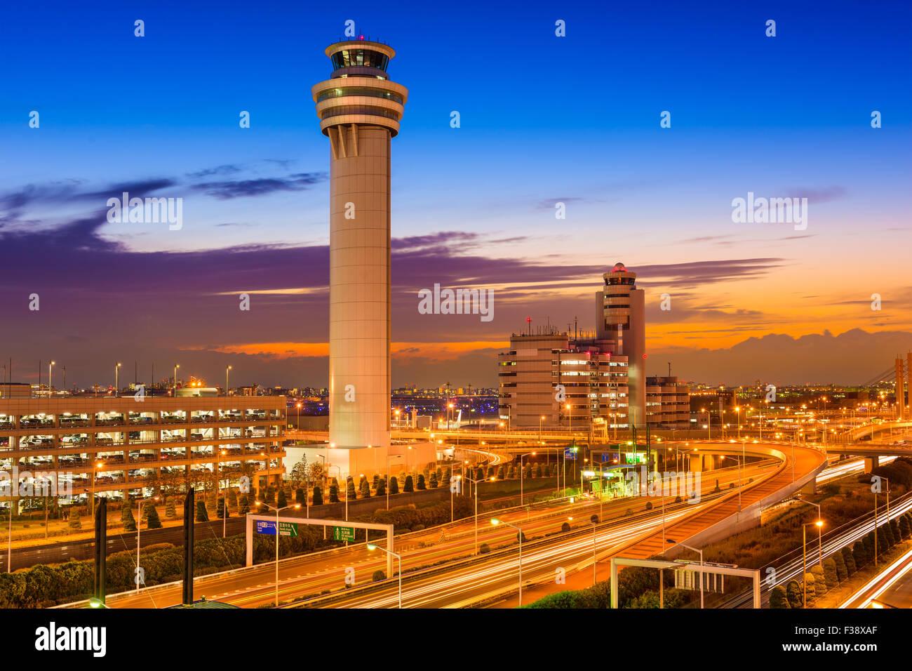 Torre de control del aeropuerto de Haneda en Tokio, Japón. Foto de stock