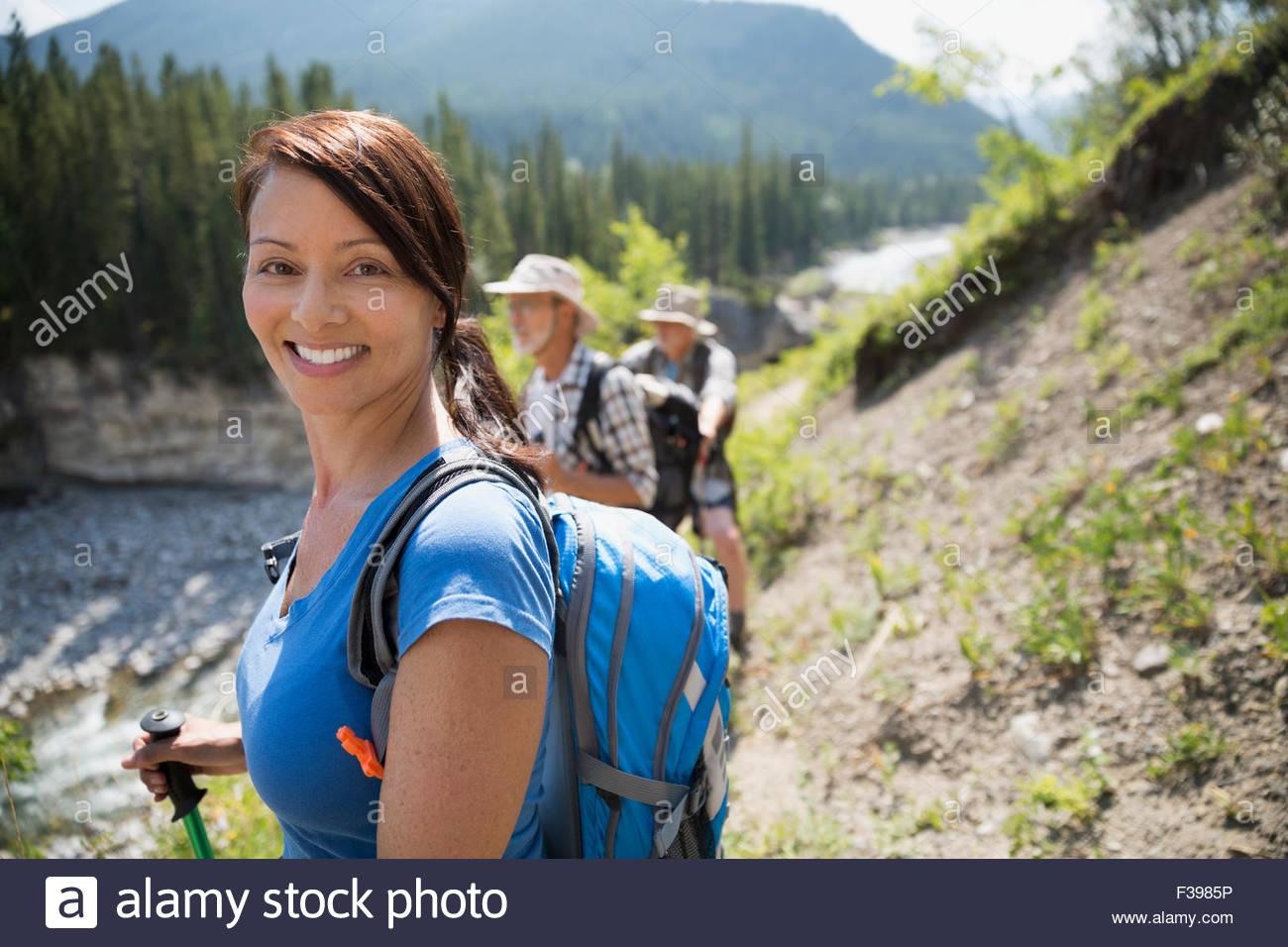 Retrato femenino sonriente caminante Imagen De Stock