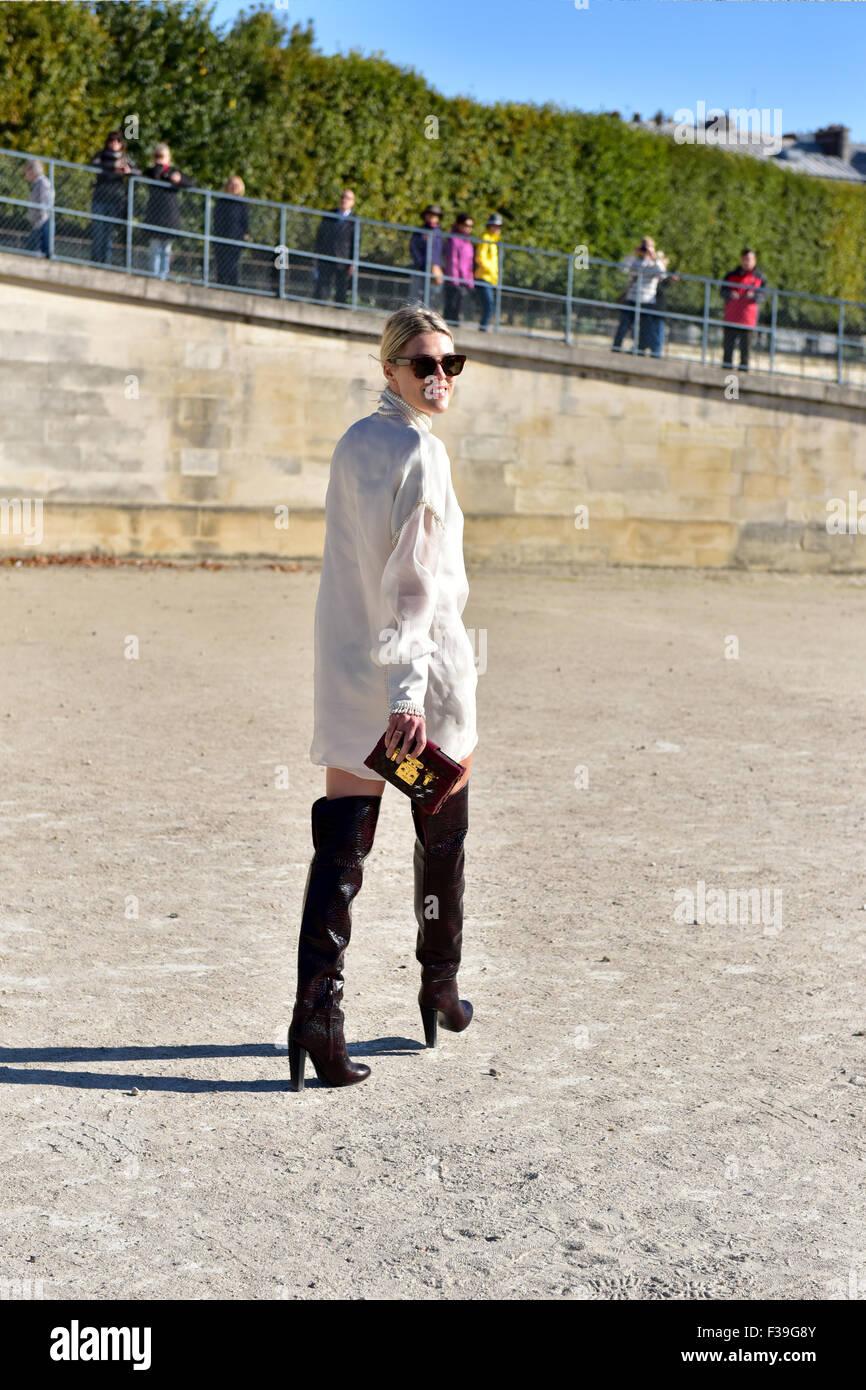 Blogger posando fuera de la Maison Margiela runway show durante la Semana  de la moda de faa8f8b8d2