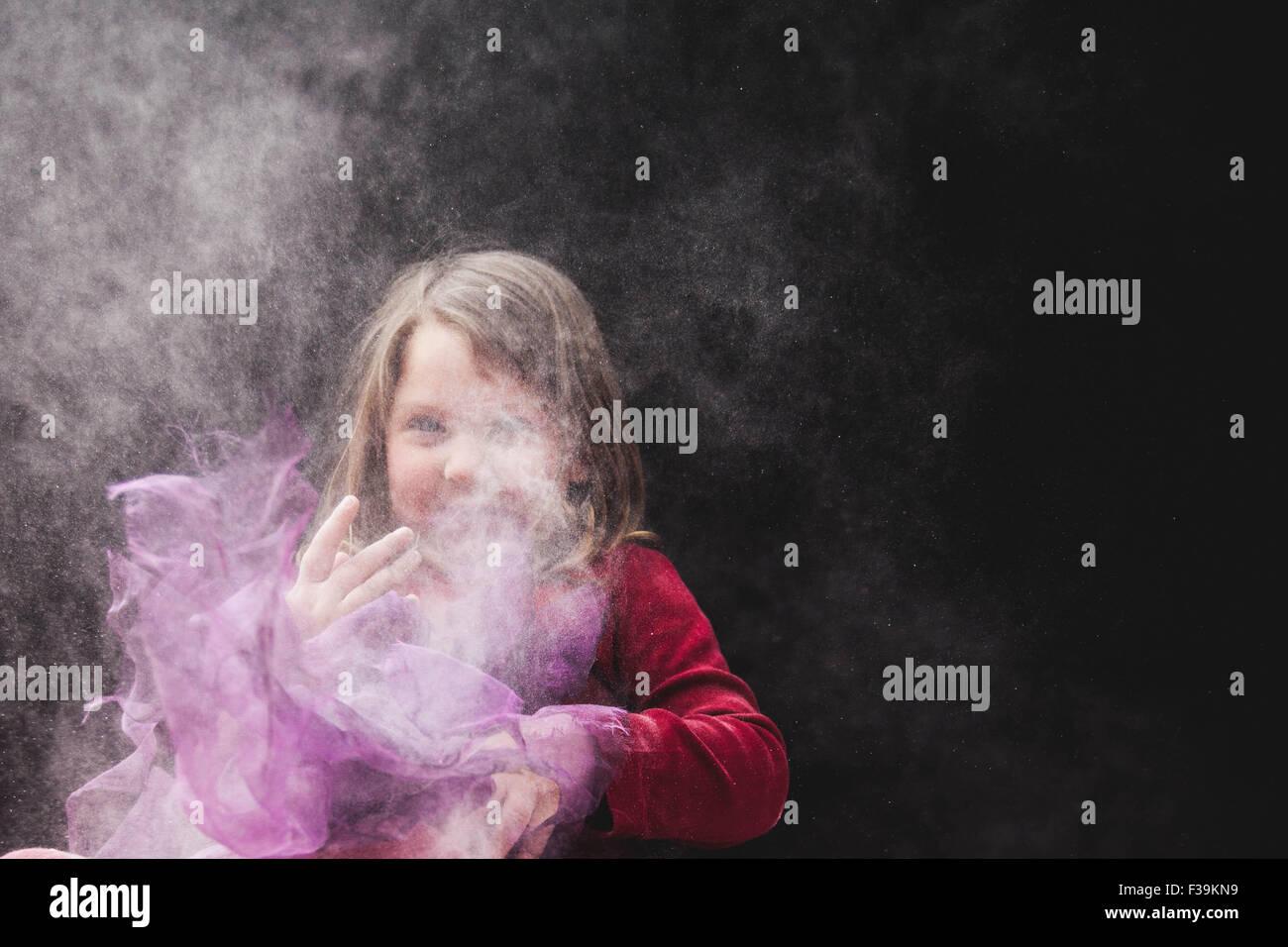 e7ff11423 Una chica en falda de tul jugando en el polvo · RooM the Agency / Alamy  Foto de stock
