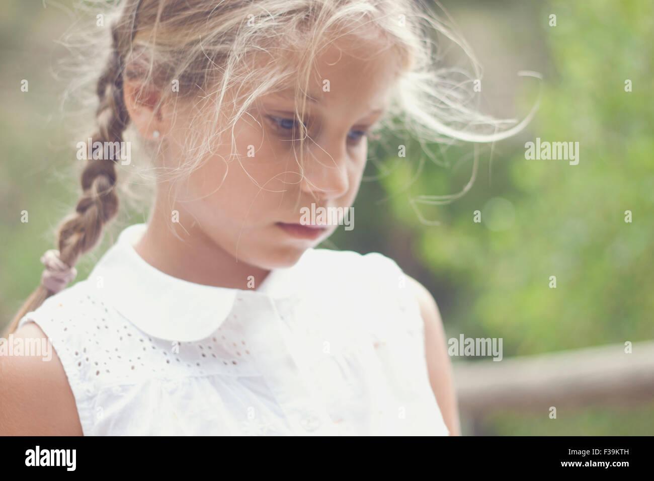 Retrato de una niña mirando pensativo Imagen De Stock